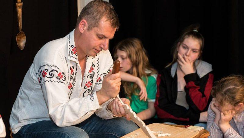 Mark Tudose Mark Tudose, creatorul lingurilor cu povești face spectacol la Bruxelles mark 3 800x451