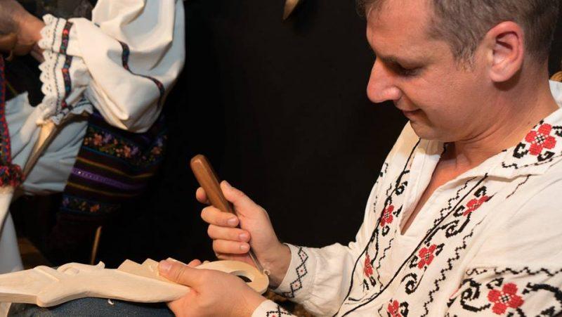 mark tudose Mark Tudose Mark Tudose, creatorul lingurilor cu povești face spectacol la Bruxelles mark2 800x451